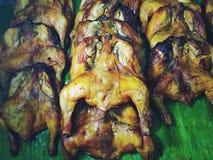 Poulet grillant croustillant placé sur des feuilles de banane images libres de droits