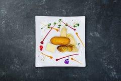 Poulet Kiev avec de la purée de pommes de terre d'un plat blanc photographie stock
