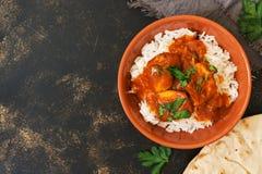 poulet Korma avec de la sauce épicée au-dessus du riz blanc Plat indien traditionnel sur un fond rustique Vue supérieure, l'espac photos libres de droits