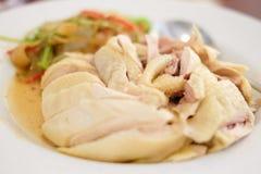 Poulet mariné fait maison avec le service de vin blanc sur le plat blanc, photo stock