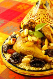 Poulet marocain avec des plombs et des amandes photographie stock libre de droits