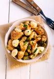 Poulet, mozzarella et salade de cornichons images stock