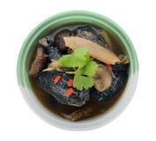 Poulet noir cuit avec les herbes chinoises Photo stock