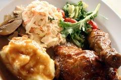 Poulet rôti avec la sauce au jus et la salade Image libre de droits