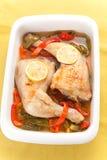 Poulet rôti avec les poivrons rouges et verts Photos stock
