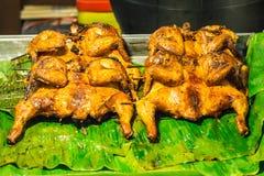 Poulet rôti disposé sur la nourriture de rue de feuille de banane images stock