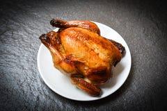 Poulet r?ti - poulet entier cuit au four grill? du plat blanc et du fond fonc? sur la vue sup?rieure image libre de droits