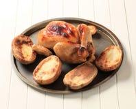Poulet rôti et pommes de terre photos libres de droits