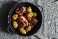 Poulet rôti facile avec des pommes de terre dans une poêle de fonte photo libre de droits