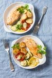 Poulet rôti provencal avec la courgette, courge, pommes de terre Déjeuner sain délicieux sur un fond bleu, photographie stock
