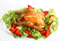 Poulet rôti sur un bâti de salade photo libre de droits
