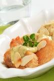 Poulet rôti avec de la sauce et des amandes à herbe Photographie stock