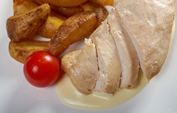 Poulet rôti avec des pommes de terre Photographie stock libre de droits
