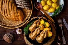 Poulet rôti avec des pommes de terre photos stock