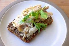 Poulet sain sur le sandwich à Smørrebrød photos libres de droits