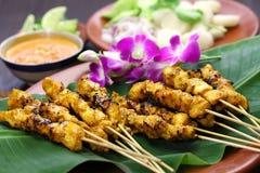 Poulet satay avec de la sauce à arachide, cuisine indonésienne de brochette images stock