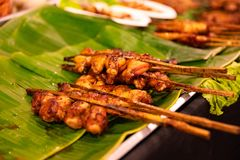 Poulet Satay servi sur des feuilles de banane au marché en plein air Photographie stock