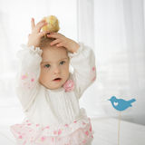 Poulet se reposant sur la tête d'un petit bébé avec la trisomie 21 Photos stock