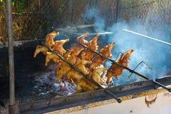 Poulet sur le BBQ de rôtissoire Photo stock