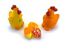 Poulets avec des oeufs de pâques Photo stock