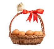 Poulets avec le panier Photo libre de droits