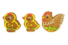Poulets de pain d'épice de Pâques avec la volaille d'isolement sur le blanc Images stock