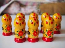 Poulets en bois mignons photographie stock libre de droits