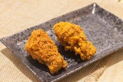 Poulets frits de plat noir photos stock