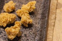 Poulets frits de plat noir images stock