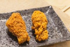 Poulets frits de plat noir images libres de droits