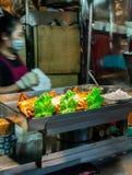 Poulets rôtis sur un fourneau d'une stalle à un marché typique de nuit à Taïpeh photographie stock