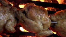 Poulets rôtis délicieux rôtis sur des flammes banque de vidéos