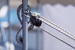 Poulie avec des cordes photographie stock libre de droits