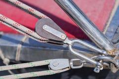 Poulie avec des cordes photo stock