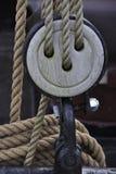 Poulie avec la corde d'ecru images libres de droits