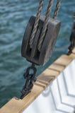 Poulie coupée en bois sur le voilier Image libre de droits