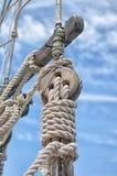 Poulie coupée en bois sur le voilier Photographie stock libre de droits