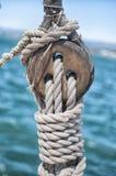 Poulie coupée en bois sur le voilier Photos stock