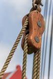 Poulie dans le vieux port de Weener photo stock
