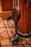 Poulie de bateau de vintage avec la corde Photo stock