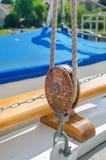 Poulie de corde sur le voilier Images libres de droits