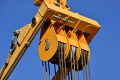 Poulie en acier au travail dans le chantier de construction Images stock