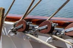 Poulie et cordes sur un voilier Photos libres de droits