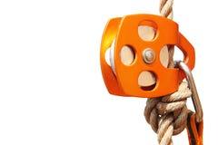 Poulie s'élevante orange avec la corde et le carabiner (d'isolement) images libres de droits