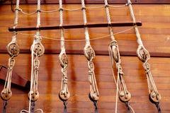Poulies et cordes en bois antiques de bateau à voiles Photos stock
