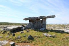 Poulnabrone-Dolmen gelegen im Burren lizenzfreies stockfoto