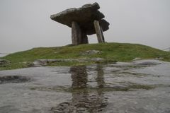 Poulnabrone Dolmen Tomb in Burren Irleland, royalty free stock images