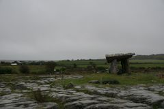 Poulnabrone Dolmen Tomb in Burren Irleland,. Under a cloudy dark sky Stock Image