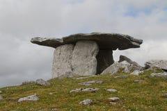 Poulnabrone, tombe portaile dans le paysage de karst de chaux de Burren Photos stock