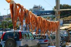 Poulpe accrochant pour sécher à Athènes, Grèce photo stock